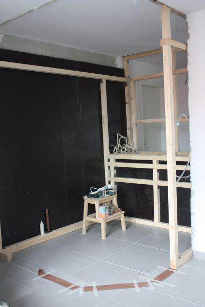 DIY // Sauna selber bauen: Holzkonstruktion für den Wandschrank unterhalb der Saunabank | familiethimm.de