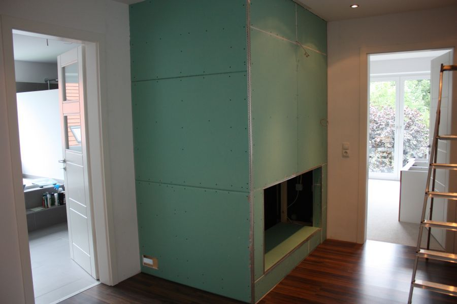 DIY // Sauna selber bauen: Flursicht auf die verkleideten Saunawände | familiethimm.de