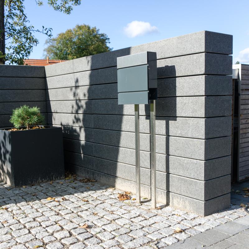 Gartenblog: Eingang/Toreinfahrt Grundstück mit Basalt-Naturstein-Treppenstufen in L-Form geschichtet. | familiethimm.de
