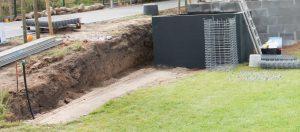 DIY // Gabionen selber bauen: Untergrund für den Aufbau der Gabionen als Hangabstützung und Mauer | familiethimm.de