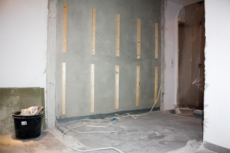 DIY // Sauna selber bauen: Unterlattung Steinwand | familiethimm.de