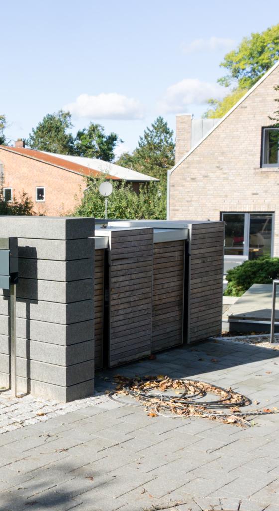 Unsere moderne Mülltonnenbox im Garten // Planung und Auswahl Mülltonnenbox von Nebengebaeude.de | frei geplant | Holz, Aluminium | familiethimm.de