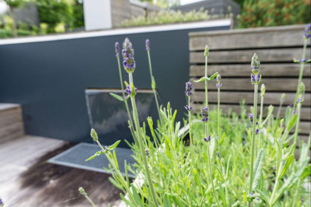 DIY // Wasserfall im Garten | Planung, selber bauen | Edelstahl, Wasser, LED-Beleuchtung, Resopal, DIY | familiethimm.de