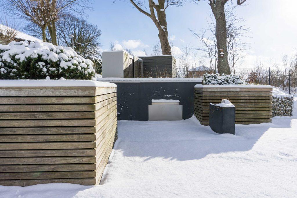 Unser Garten im Winter | schneebedeckt, pflegeleicht, modern | Winter, Schnee | Gräser, Rotbuchen, Kiefer | familiethimm.de