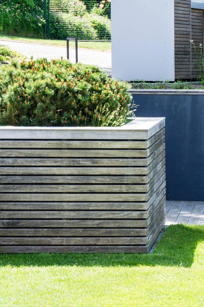 Gartenbauprojekt // Modernes Hochbeet zur Hangabstützung mit Holzverkleidung und Kiefernbepflanzung | frei geplant | Planung, Umsetzung und Bepflanzung | Holz, Beton, Kiefer | familiethimm.de