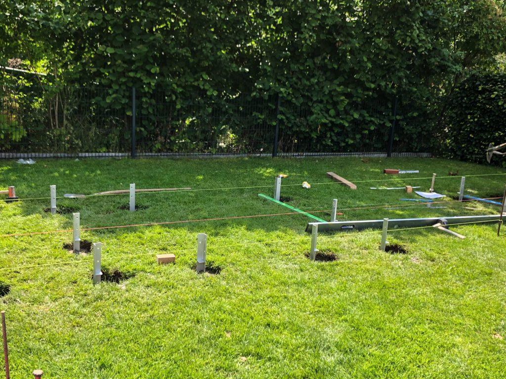 Gartenbauprojekt // Spielplatz im Garten - Wir bauen ein Stelzenhaus | isidor Bobby Big | Planung, Umsetzung und Verschönerung | Holz, Spielhaus | familiethimm.de
