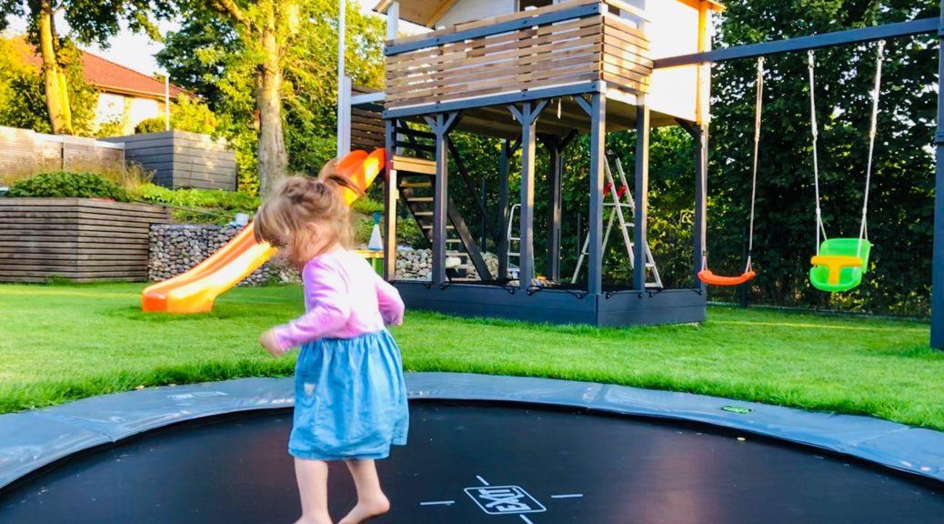 Gartenbauprojekt // Spielplatz im Garten - 5 Gründe für ein Inground Trampolin | Exit Supreme | Gründe und Einbau | Outdoor Spielplatz, Trampolin, DIY | familiethimm.de